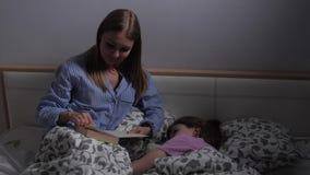 De moeder leest vóór bed stock video