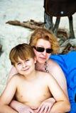 De moeder lepelt met haar gelukkige glimlachende zoon Royalty-vrije Stock Afbeeldingen