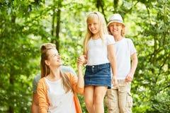 De moeder let en helpt op dochter royalty-vrije stock fotografie
