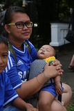 De moeder met baby stelt voor de camera Royalty-vrije Stock Fotografie