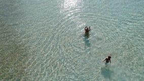 De moeder met baby zwemt in een zuivere blauwe overzees stock video