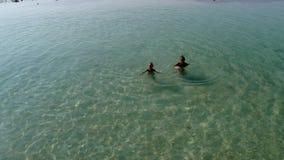 De moeder met baby zwemt in een zuivere blauwe overzees stock videobeelden