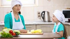 De moeder met haar dochter sneed peper stock video