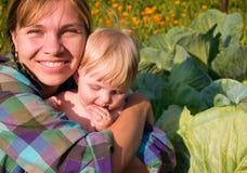 De moeder met kind zit Royalty-vrije Stock Afbeelding