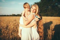 De moeder met kinderen gaat op gebied Royalty-vrije Stock Fotografie