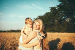De moeder met kinderen gaat op gebied Stock Foto