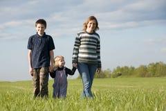 De moeder met twee chidren Stock Foto's
