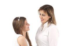 De moeder omhelst dochter op wit wordt geïsoleerd dat Royalty-vrije Stock Fotografie