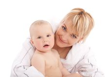 De moeder omhelst haar babymeisje Stock Foto's