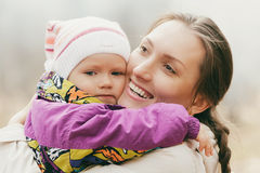 De moeder omhelst het kind Royalty-vrije Stock Foto's