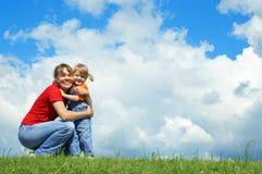De moeder omhelst weinig dochter Stock Fotografie