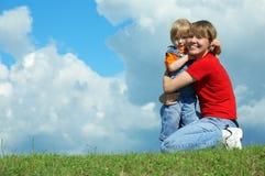 De moeder omhelst weinig dochter Stock Foto's
