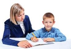 De moeder onderwijst het kind Royalty-vrije Stock Afbeelding
