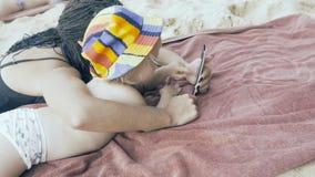 De moeder onderwijst weinig dochter om smartphone te gebruiken stock video