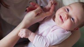 De moeder` s hand streelt de baby stock footage