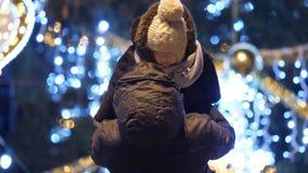 De moeder steunt en heft de baby voor Kerstboom, langzame motie op stock footage