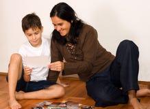 De moeder toont foto's Stock Foto's