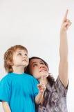 De moeder toont zijn hand tot haar weinig zoon royalty-vrije stock afbeelding