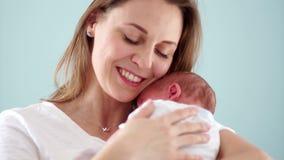 De moeder tremblingly kust de pasgeboren baby Het geven voor kinderen De Dag van de kinderenbescherming De dag van moeders Kinder stock footage
