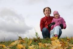 De moeder van de herfst met baby Royalty-vrije Stock Afbeeldingen