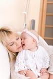 De moeder van de het meisjeskus van de baby Stock Fotografie