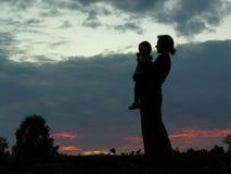 De moeder van het silhouet met baby Stock Fotografie