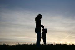 De moeder van het silhouet met baby Royalty-vrije Stock Foto