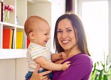 Moeder en leuke zoon bij woonkamer royalty-vrije stock fotografie