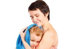 De moeder veegt hoofd aan zijn zoon na het baden af Royalty-vrije Stock Foto