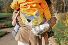 de moeder vervoert haar dochter in het park Stock Fotografie