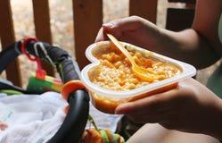 De moeder voedt haar baby met een gezonde maaltijd Royalty-vrije Stock Foto's