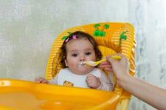 De moeder voedt het kind Royalty-vrije Stock Foto