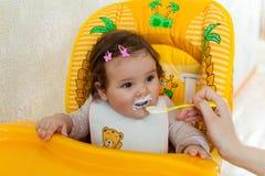 De moeder voedt het kind Royalty-vrije Stock Foto's