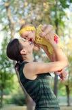 De moeder werpt haar dochter Royalty-vrije Stock Foto
