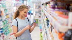 De moeder zoekt de puree van het kind` s fruit binnen van marktplaats stock videobeelden