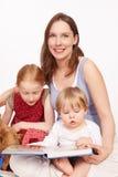 De moeder zou over hun kinderen zijn Stock Foto