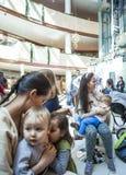 De moeders geven hun kinderen in publiek de borst Royalty-vrije Stock Foto