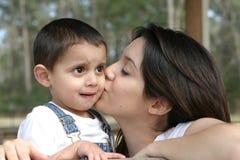De moeders kussen Stock Foto's