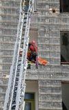 De moedige Brandweerman tijdens een oefening draagt de brancard met stock afbeelding