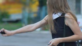De moedige meisjes lettende die overtreder in autodeur wordt weerspiegeld, gebruikt traangas, zelf-defensie stock videobeelden