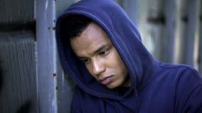 De moeilijke jeugd, de dienende zin van de tienerhooligan in gevangenis voor jonge misdadigers royalty-vrije stock afbeelding