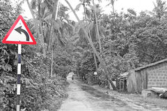 De moessonwegen van Goa en rode verkeersteken Stock Afbeelding