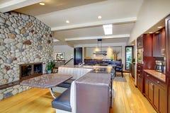 De mohogany Keuken van de luxe met moderne meubilair en steenopen haard. Stock Fotografie