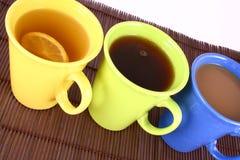 De mok van de kleur (met thee en koffie Royalty-vrije Stock Afbeeldingen