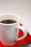 De Mok van de koffie op rode plaat Royalty-vrije Stock Foto's