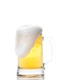 De mok van het bier die op wit wordt geïsoleerdr Stock Afbeeldingen