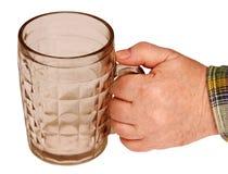 De mok van het bier in zijn hand. Stock Afbeeldingen