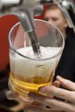 De mok wordt gevuld met bier. royalty-vrije stock foto's