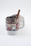 De Mokken van de koffie met Bonen Stock Afbeeldingen