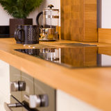 De mokken van de koffie in moderne ontwerperkeuken Stock Foto
